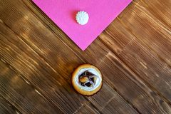 Round ?mietanki owocowy tort i beza na stole od sosnowych desek minimalista Naturalny br?zu i menchii t?o na widok zdjęcie royalty free