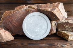 Round betonu talerz na tle granitowi kamienie Drewniany tło zdjęcie royalty free