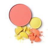 Round blusher z kolorem żółtym i pomarańcze rozbijał eyeshadow dla makeup jak próbki kosmetyka produkt Obrazy Stock