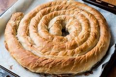 Round Borek w tacy, Greckim Serowym kulebiaku/ Obraz Stock