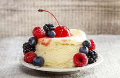 Round cake with fresh fruits Royalty Free Stock Images