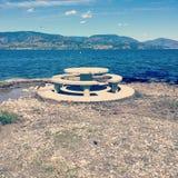Round cementu miejsca siedzące i stołu teren na jeziornym brzeg Fotografia Royalty Free