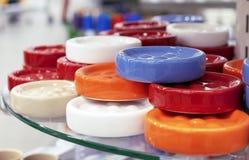 Round ceramiczni mydlani naczynia jaskrawi kolory obraz stock