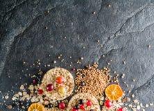 Round chips na czarnym kamiennym tle Jagody i owoc wierzchołek Obrazy Stock