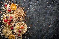 Round chips na czarnym kamiennym tle Jagody i owoc wierzchołek Zdjęcia Stock