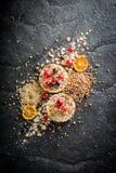Round chips na czarnym kamiennym tle Jagody i owoc wierzchołek Zdjęcie Royalty Free