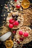 Round chips na czarnym kamiennym tle Jagody i owoc wierzchołek Obrazy Royalty Free