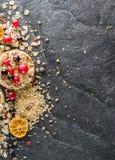 Round chips na czarnym kamiennym tle Jagody i owoc wierzchołek Obraz Royalty Free