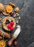 Round chips na czarnym kamiennym tle Jagody i owoc wierzchołek Fotografia Royalty Free