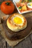 Round chlebowa babeczka z jajkiem wśrodku babeczki zdjęcia stock