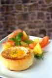Round chlebowa babeczka z jajkiem wśrodku babeczki obrazy royalty free