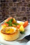 Round chlebowa babeczka z jajkiem wśrodku babeczki fotografia royalty free