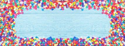 Round confetti, kolorowa rama na drewnie Fotografia Royalty Free