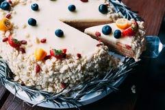 Round czekoladowego torta białe jagody ciący plasterek obraz stock