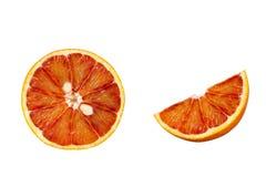 Round czerwona krwionośna pomarańcze i kwartalny plasterek odizolowywający na białym tle zdjęcia stock