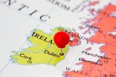 Czerwony Pushpin na mapie Irlandia Fotografia Royalty Free