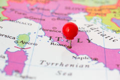 Czerwony Pushpin na mapie Włochy Zdjęcia Stock