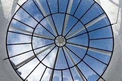 Round dachowy okno z widokiem nieba obrazy stock