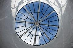 Round dachowy okno z widokiem nieba zdjęcie royalty free