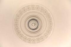 Round dekoracyjnego tynku sztukateryjny reliefowy formierstwo z kwiecistymi ornamentami na białym suficie Zdjęcia Stock
