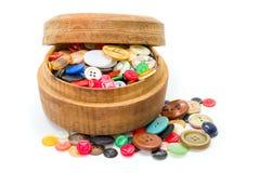Round drewniany pudełko z kolorowymi guzikami Zdjęcia Stock