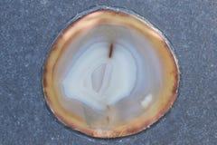 Round dystyngowana agat kopalina inbeded na kamień powierzchni Zdjęcia Royalty Free