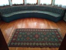 Round dywan i kanapa zdjęcia royalty free