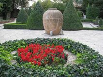 round-flower-bed-and-amphora Royalty Free Stock Photos