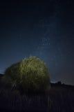 Round haystack przy nocą i milky sposobem Zdjęcia Stock