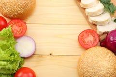 Round kanapki babeczka z, pomidor, czerwona cebula, zielona sałata, piec na grillu kurczak polędwicowy na drewnianym tle Obrazy Stock