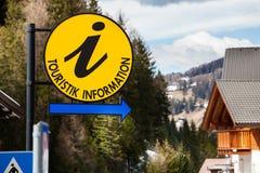 Round koloru żółtego znak i strzałkowata Turystyczna informacja w Niemieckim języku Fotografia Stock