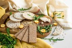Round krakersów i żyto krakersów whith crispy ryżowy kumquat Żywienioniowy pojęcie i zdrowy jarski jedzenie zdjęcia royalty free