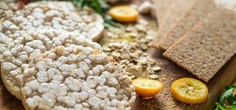 Round krakersów i żyto krakersów whith crispy ryżowy kumquat Żywienioniowy pojęcie i zdrowy jarski jedzenie zdjęcia stock