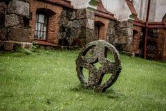 Round krzyż przed kościół Zdjęcie Royalty Free