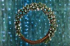 Round kształta bożych narodzeń dekoracja z światłami na turkusowych półdupkach Zdjęcie Stock