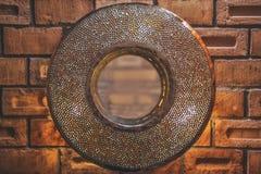 Round lustro w groszak ramie na ścianie z cegieł obrazy stock