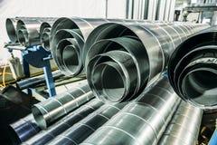 Round metal, żelazne drymby w metalworking warsztacie lub tubki stalowi lub galwanizujący lub Obraz Stock