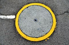 Round odciek pokrywa w drodze obraz stock