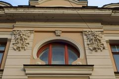 Round okno z bareliefami daemon głowy zdjęcia royalty free