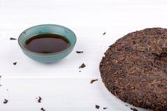 Round płaski dysk puer filiżanka na bielu i herbata zdjęcia royalty free