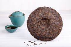 Round płaski dysk puer herbata na bielu zdjęcie royalty free