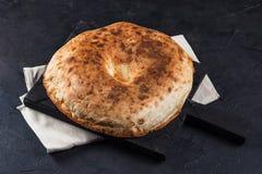 Round pita Armeński chleb na desce i pielucha na ciemnym tle zdjęcia stock