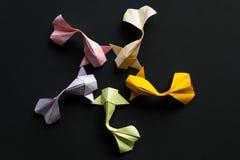 Round postać handmade papierowego rzemiosła origami koi złocisty karp łowi na czarnym tle na widok zdjęcie stock