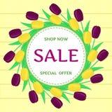Round rama żółci i purpurowi tulipany przeciw żółtej drewnianej teksturze sprzedaż ilustracja wektor