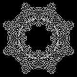Round rama biel na czarnym tle - kwiecisty koronkowy ornament - Zdjęcie Stock