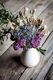 Round rama od kwiatów czereśniowi okwitnięcia na drewnianym tle Rocznik Obrazy Stock