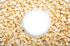 Round rama robić popkorn odizolowywający na bielu fotografia stock