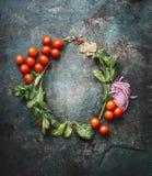 Round rama z jarskimi kulinarnymi składnikami na ciemnym nieociosanym tle, miejsce dla teksta, rama Zdrowy łasowanie i kucharstwo Obraz Royalty Free