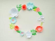 Round rama z kolorów papierowymi kwiatami na białym stiuku Mieszkanie nieatutowy pojęcia odosobniony natury biel Obraz Royalty Free