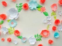 Round rama z kolorów papierowymi kwiatami na białym stiuku Mieszkanie nieatutowy pojęcia odosobniony natury biel Fotografia Stock